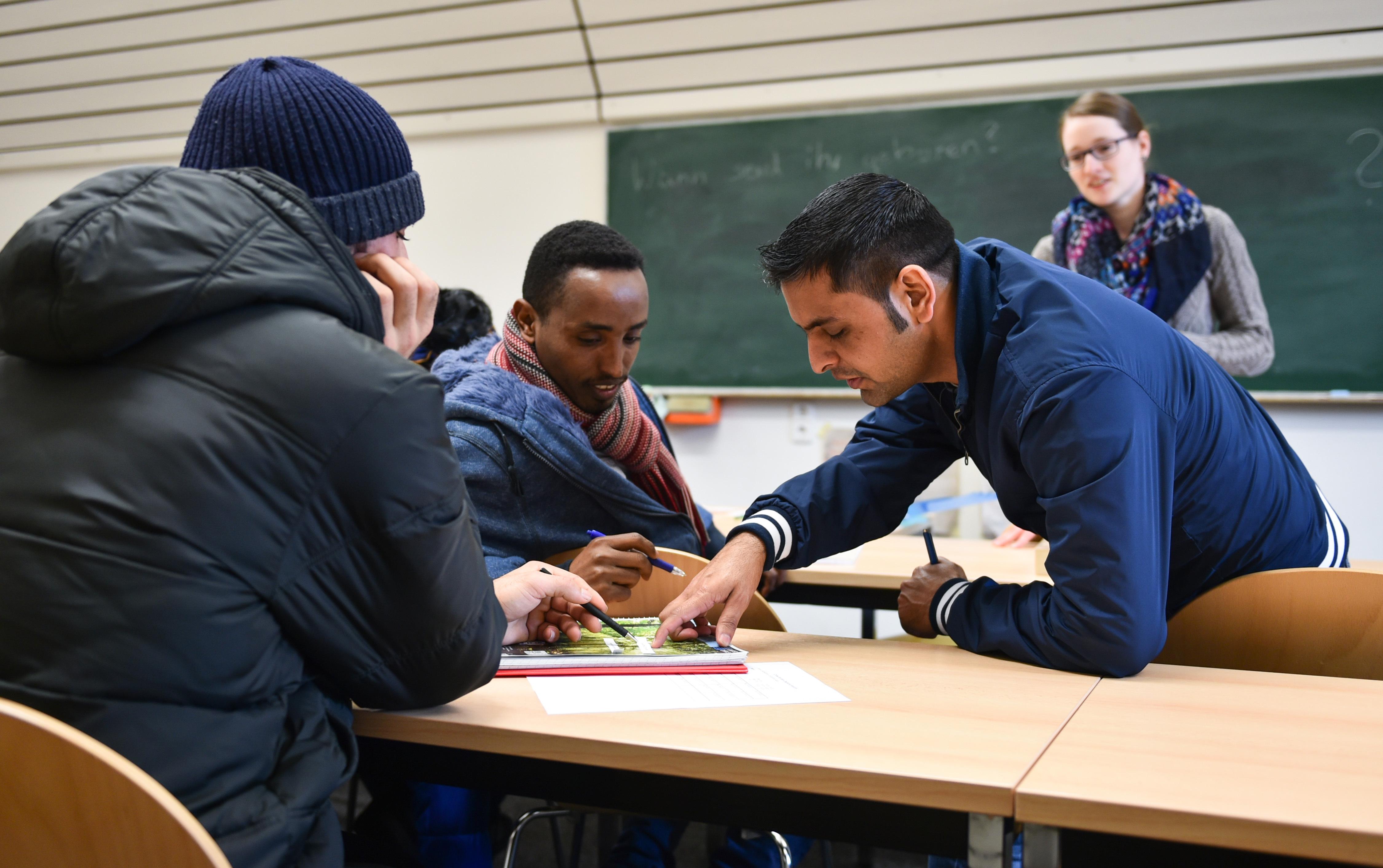 Беженцы на курсах немецкого языка, организованных студенческой инициативой Crossborders.