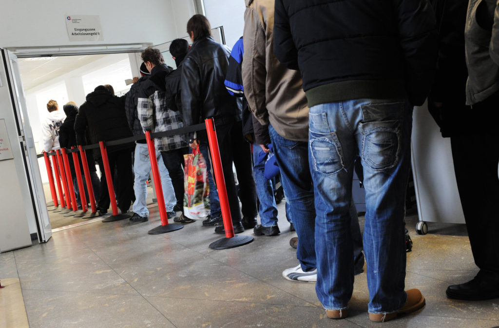 Arbeitslose stehen Schlange