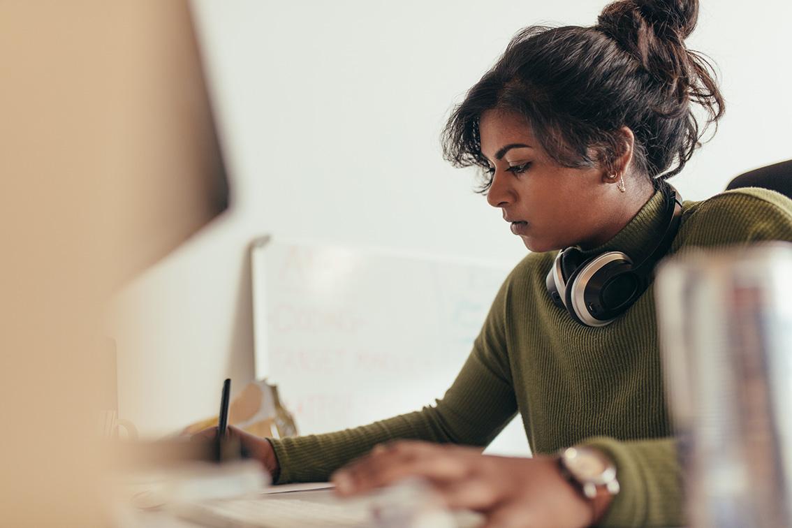متخصص ICT در محل کار © jacoblund / istock
